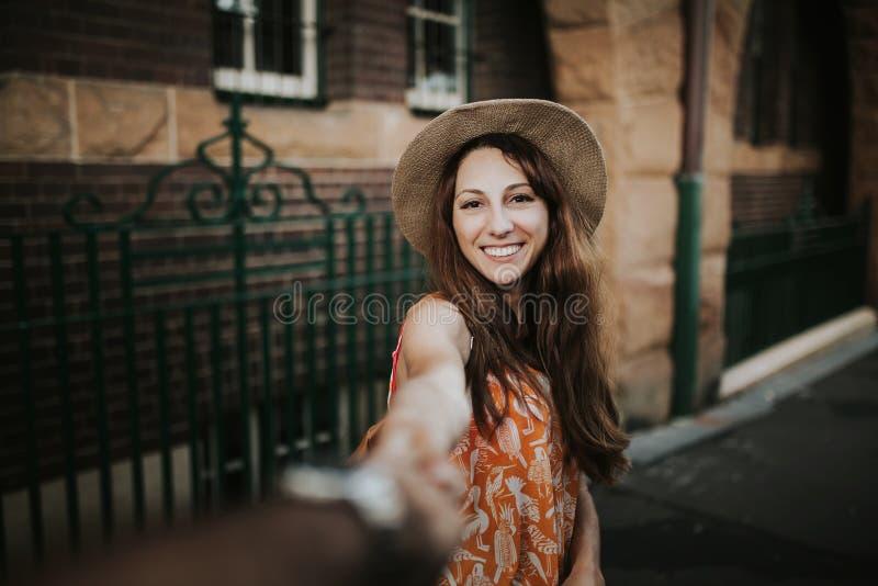 Mujer que lleva a cabo la mano del novio, mientras que toma una foto de ella foto de archivo libre de regalías