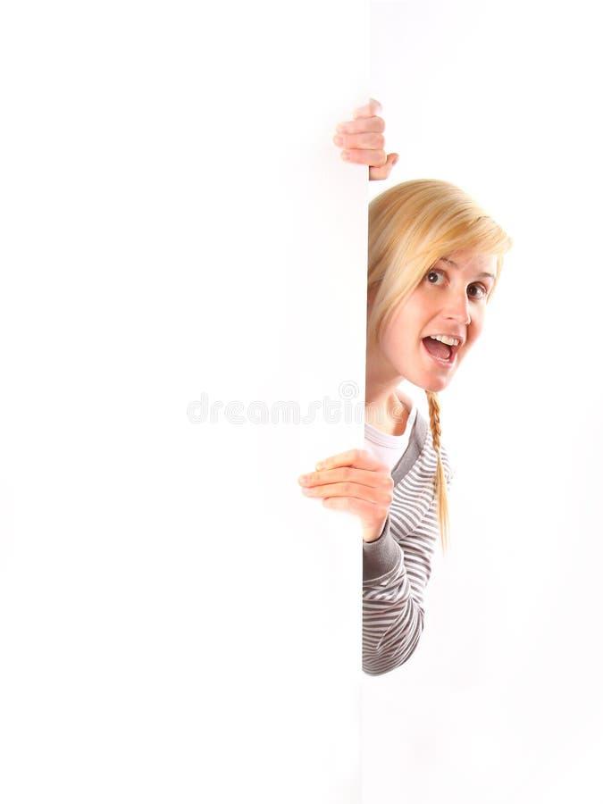 Mujer que lleva a cabo a la tarjeta blanca imagen de archivo
