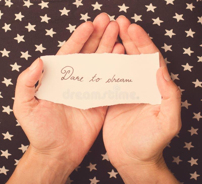 Mujer que lleva a cabo un trozo de papel con un mensaje fotografía de archivo