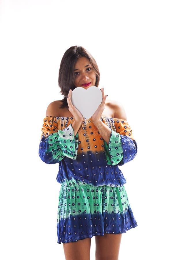 Mujer que lleva a cabo una forma del corazón fotografía de archivo libre de regalías