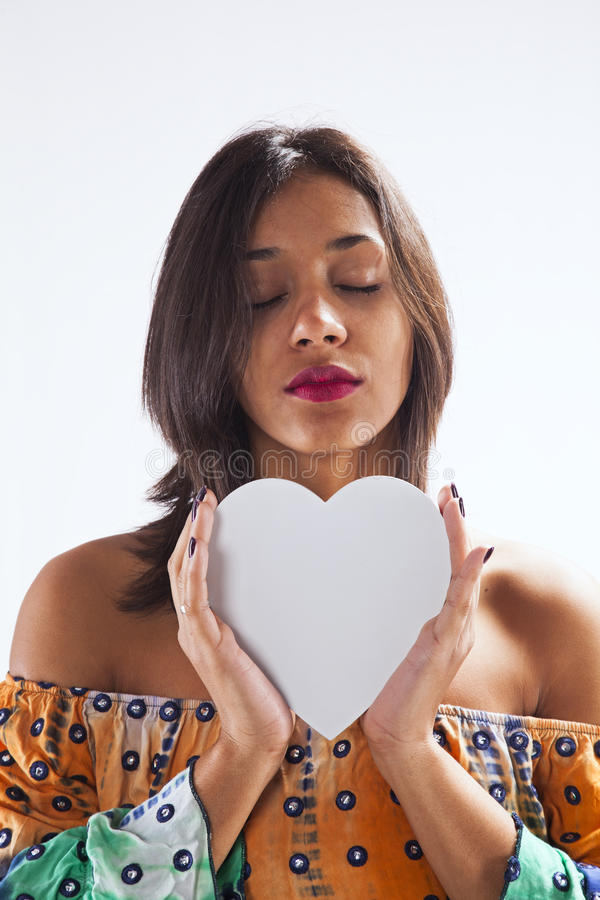 Mujer que lleva a cabo una forma del corazón foto de archivo libre de regalías
