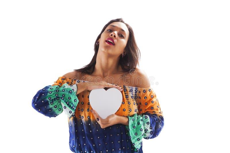Mujer que lleva a cabo una forma del corazón imagenes de archivo