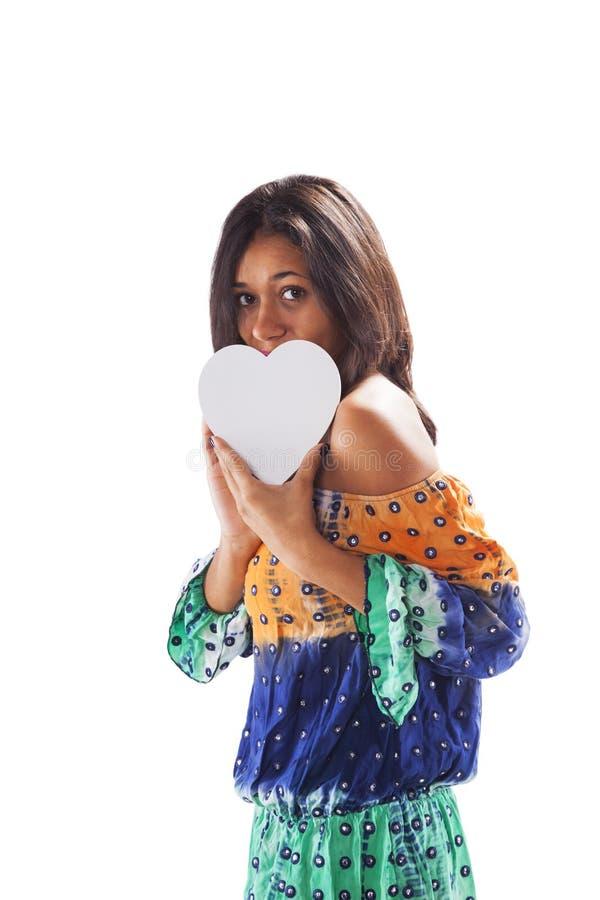 Mujer que lleva a cabo una forma del corazón imagen de archivo