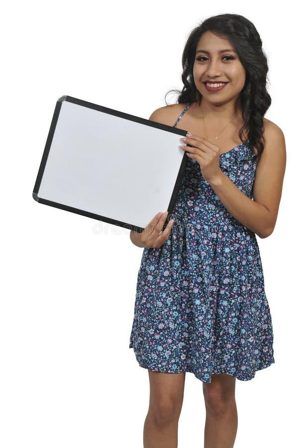 Mujer que lleva a cabo una muestra en blanco foto de archivo libre de regalías