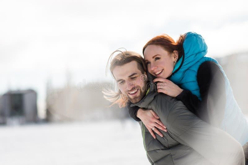 Mujer que lleva del hombre en el suyo detrás imagen de archivo libre de regalías