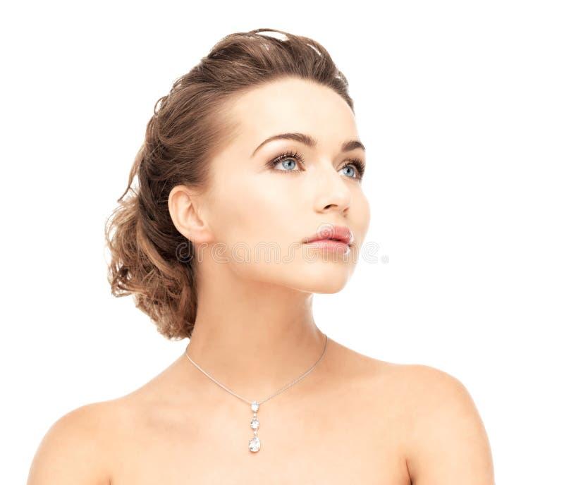 Mujer que lleva el collar de diamantes brillante imagen de archivo