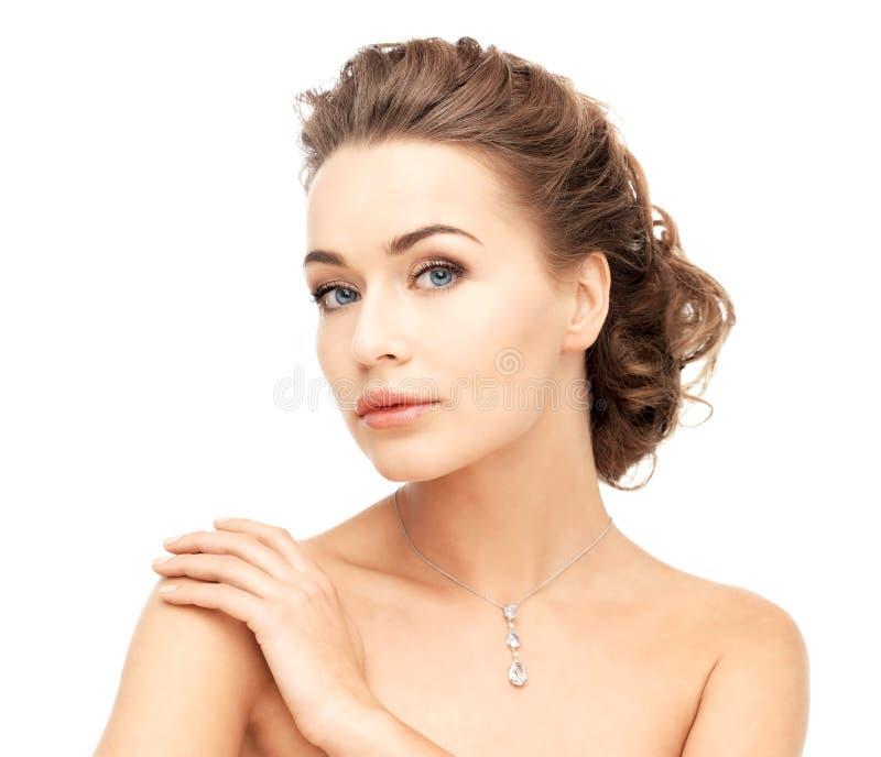 Mujer que lleva el collar de diamantes brillante foto de archivo libre de regalías