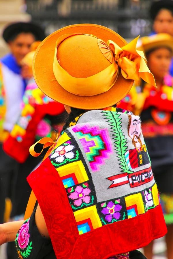 Mujer que lleva el sombrero tradicional y el paño trasero durante festival de fotos de archivo