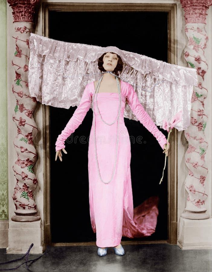Mujer que lleva el tocado grande (todas las personas representadas no son vivas más largo y ningún estado existe Garantías del pr fotos de archivo