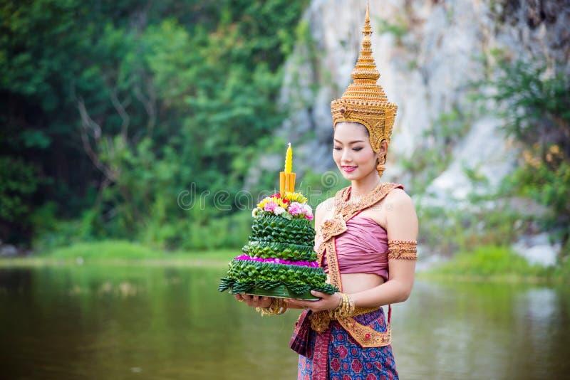 Mujer que lleva el traje tradicional tailandés antiguo fotos de archivo libres de regalías