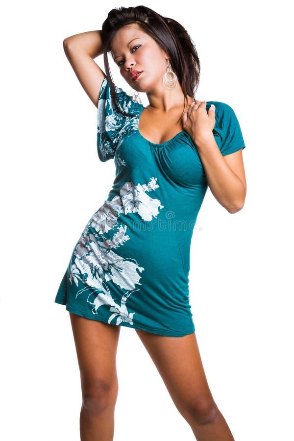 Mujer que lleva el vestido corto fotos de archivo