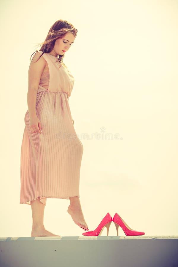 Baile De La Mujer Que Lleva El Vestido Rosa Claro Largo Foto