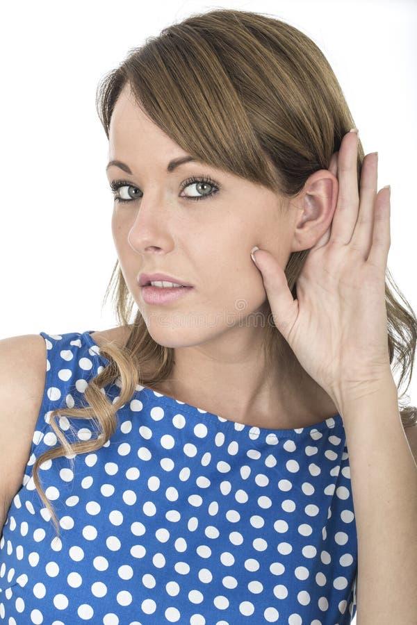 Mujer que lleva la polca azul Dot Dress Eavesdropping Listening a la conversación imagen de archivo