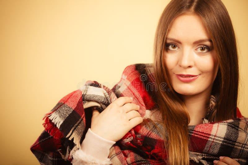 Mujer que lleva la ropa caliente comprobada de lana del oto?o de la bufanda fotos de archivo