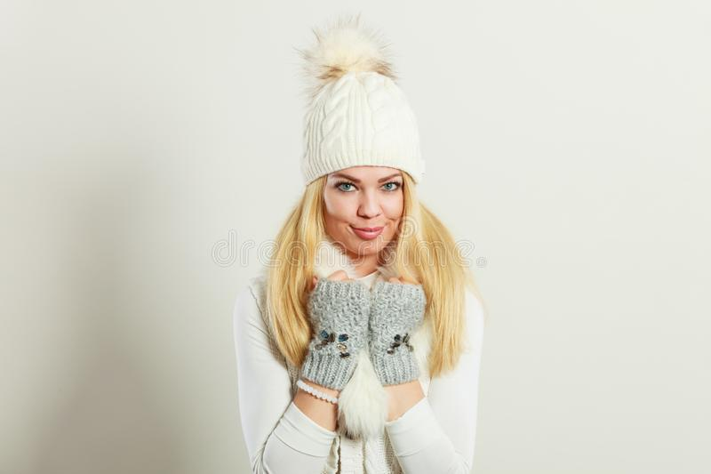 Mujer que lleva la ropa caliente del invierno foto de archivo libre de regalías