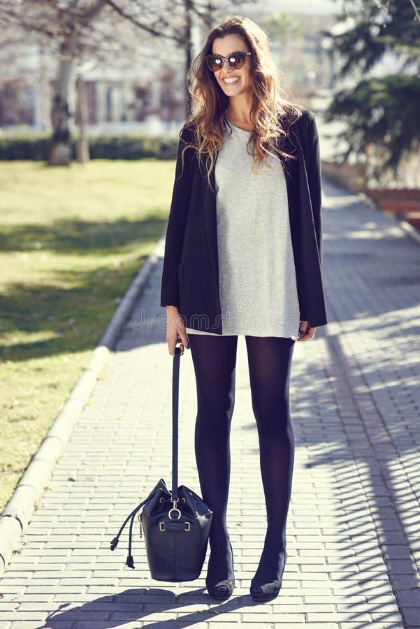 Mujer que lleva la ropa casual en la calle fotografía de archivo