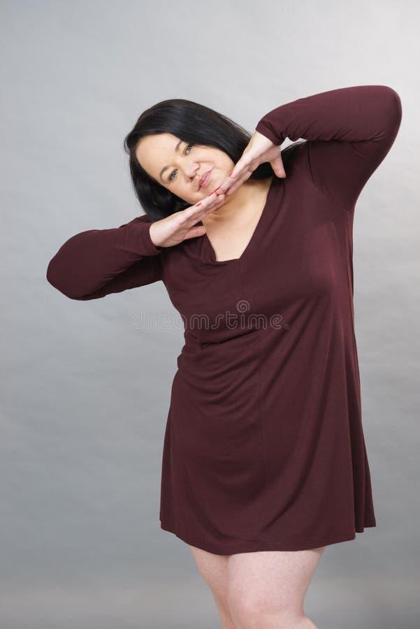Mujer que lleva la t?nica larga del vestido fotografía de archivo libre de regalías