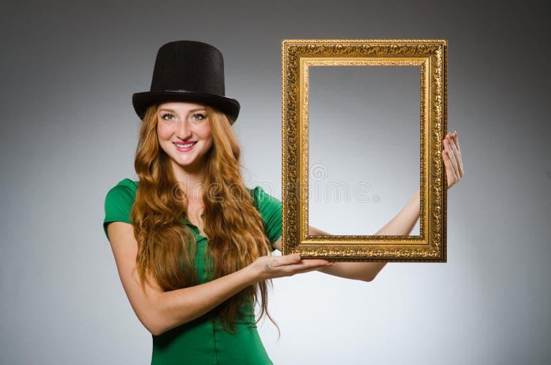 Mujer que lleva la tenencia verde del vestido imágenes de archivo libres de regalías
