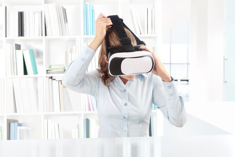 Mujer que lleva las auriculares de las gafas de la realidad virtual Vidrios de VR 360 foto de archivo libre de regalías