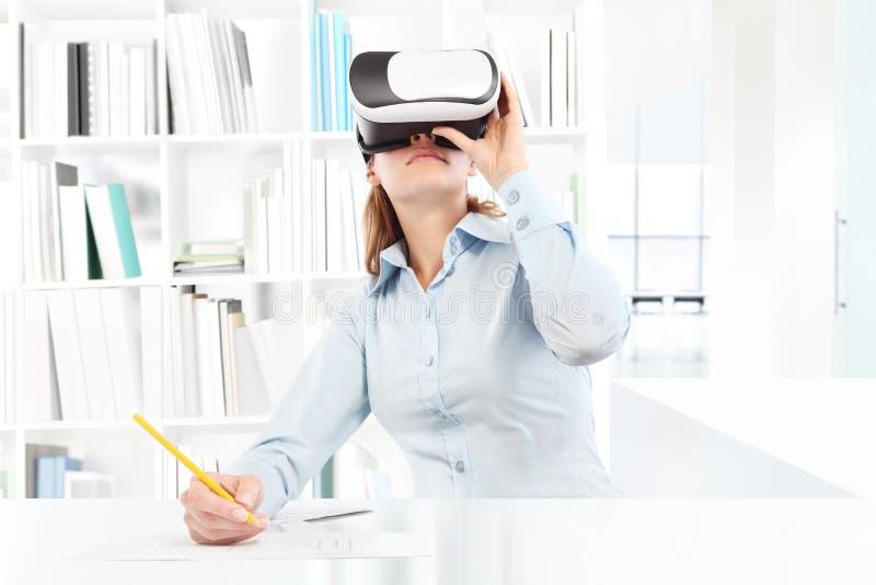 Mujer que lleva las auriculares de las gafas de la realidad virtual Vidrios de VR 360 fotografía de archivo libre de regalías