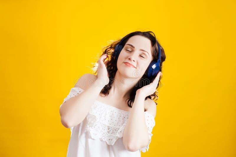 Mujer que lleva los auriculares inalámbricos foto de archivo libre de regalías