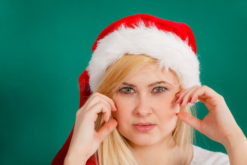 Mujer que lleva a Santa Claus que gesticula con la mano foto de archivo