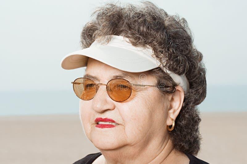 Mujer que lleva una visera foto de archivo libre de regalías