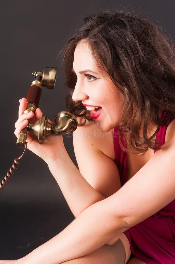 Mujer que llora en teléfono imagen de archivo libre de regalías