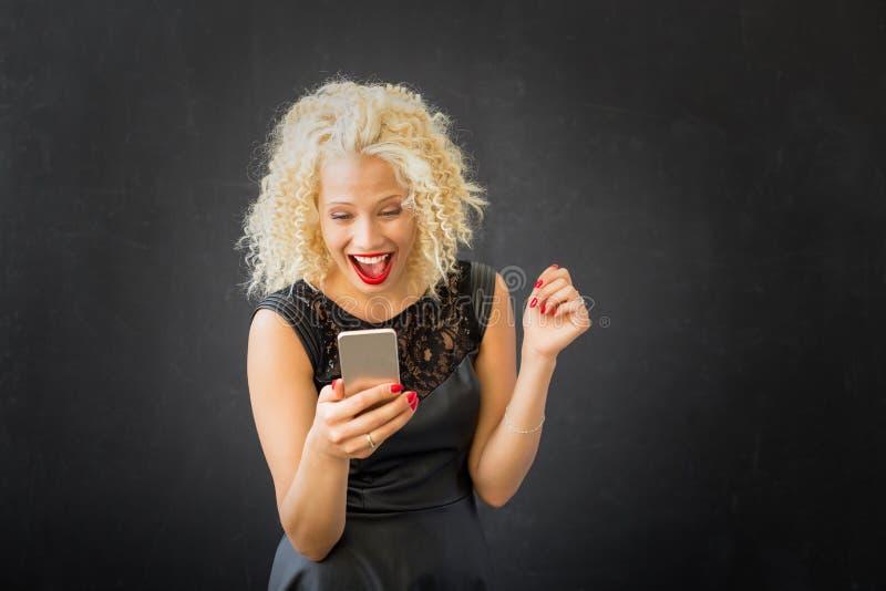 Mujer que manda un SMS y chating fotos de archivo