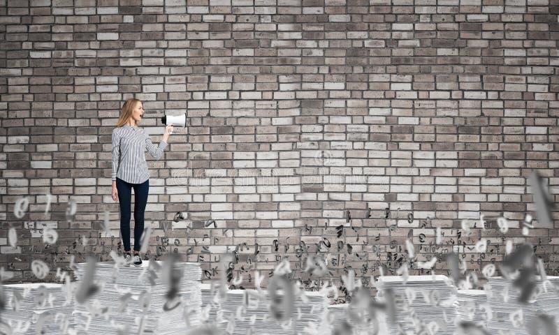 Mujer que mantiene el megáfono disponible imagenes de archivo