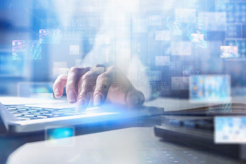Mujer que mecanografía en el ordenador portátil, interfaz de la información libre illustration