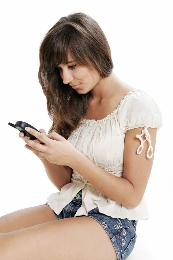 Mujer que mecanografía en el teléfono imágenes de archivo libres de regalías