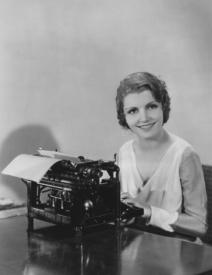 Mujer que mecanografía un documento imágenes de archivo libres de regalías