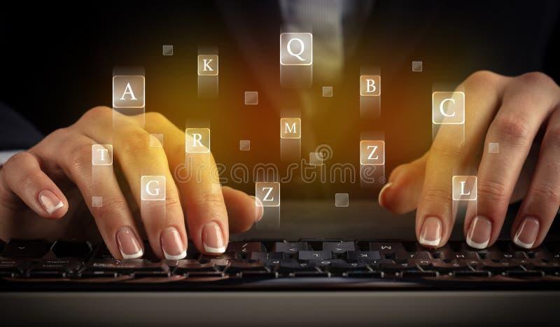 Mujer que mecanograf?a en el teclado con las letras alrededor imagen de archivo libre de regalías