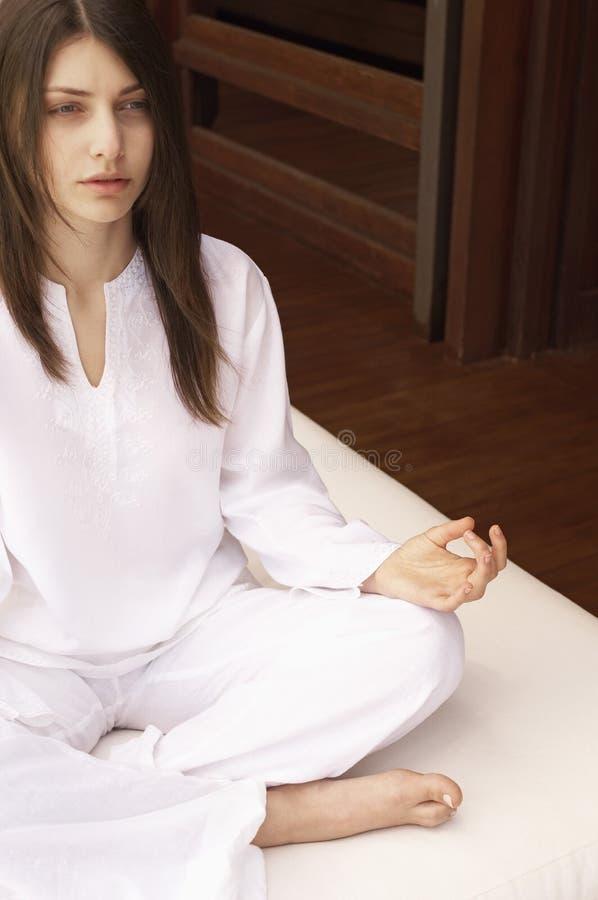 Mujer que medita en Lotus Position foto de archivo libre de regalías