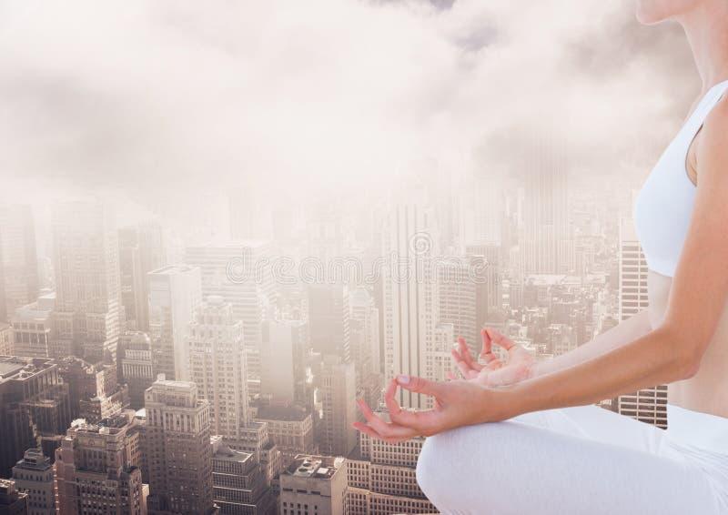 Mujer que medita la ciudad excesiva pacífica fotos de archivo