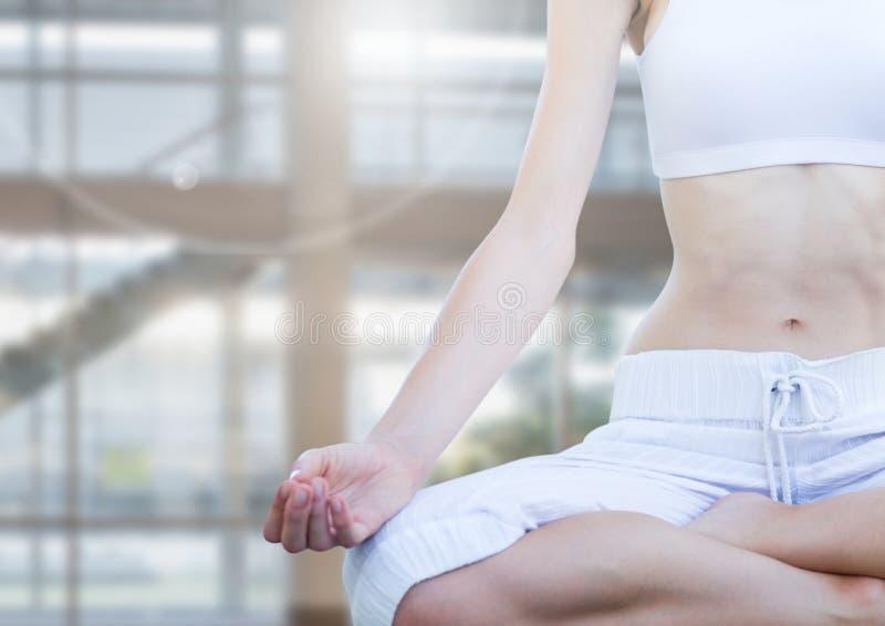 mujer que medita pacífico en gimnasio imagenes de archivo