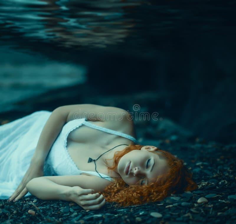 Mujer que miente bajo el agua foto de archivo libre de regalías