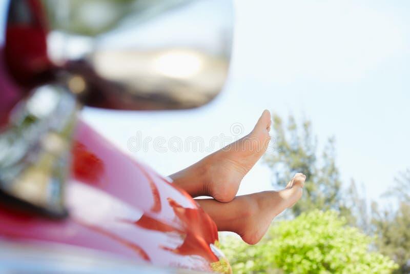 Mujer que miente en coche del cabriolé imagen de archivo libre de regalías