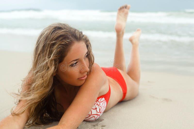 Mujer que miente en la playa fotos de archivo libres de regalías