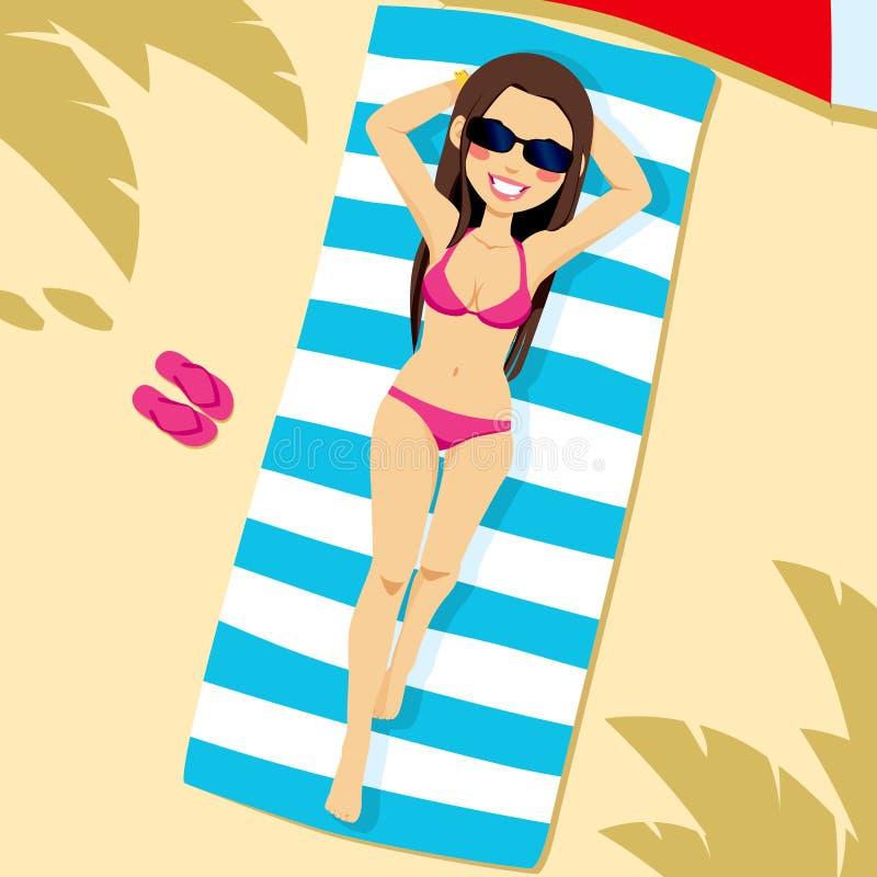 Mujer que miente en la playa libre illustration