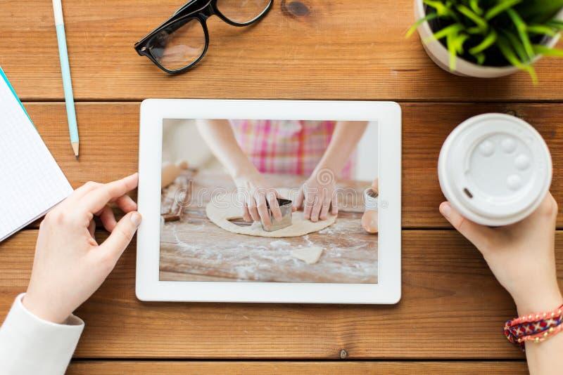 Mujer que mira cocinando el vídeo en la tableta foto de archivo libre de regalías