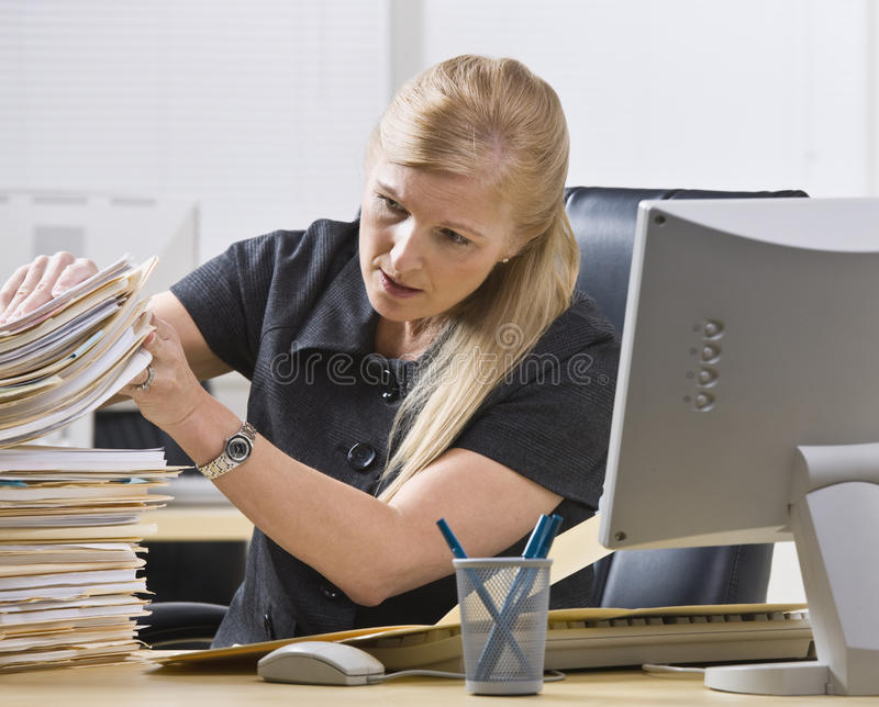 Mujer que mira con papeleo imágenes de archivo libres de regalías