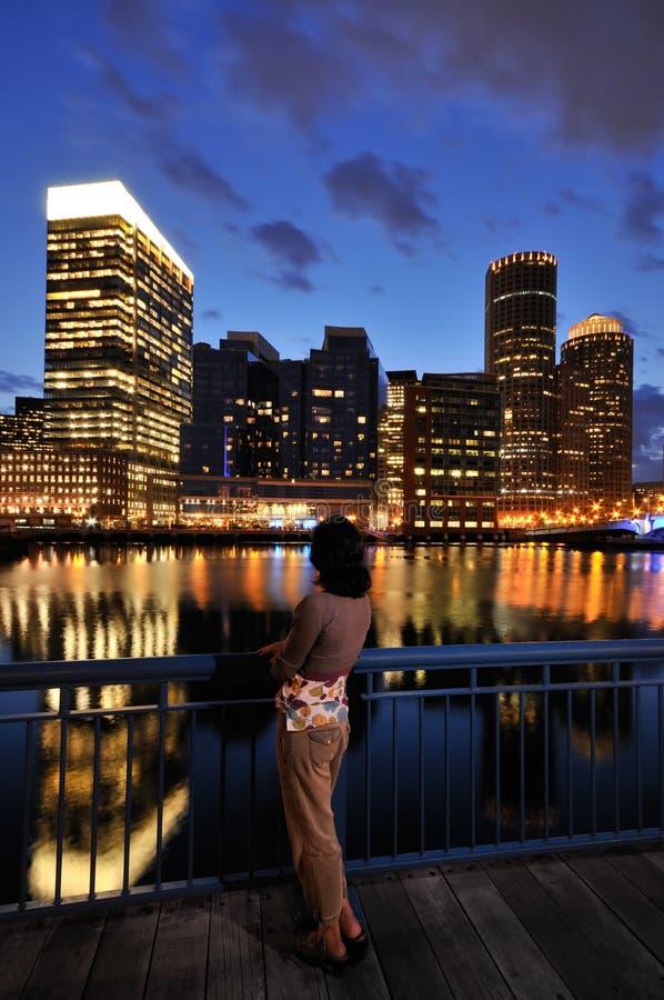 Mujer Que Mira El Horizonte De Boston Foto de archivo libre de regalías
