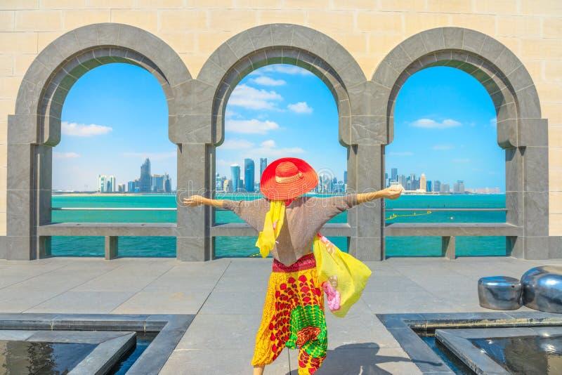 Mujer que mira el horizonte de Doha fotografía de archivo