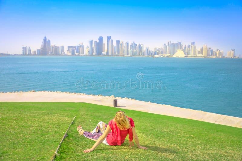 Mujer que mira el horizonte de Doha imagen de archivo libre de regalías
