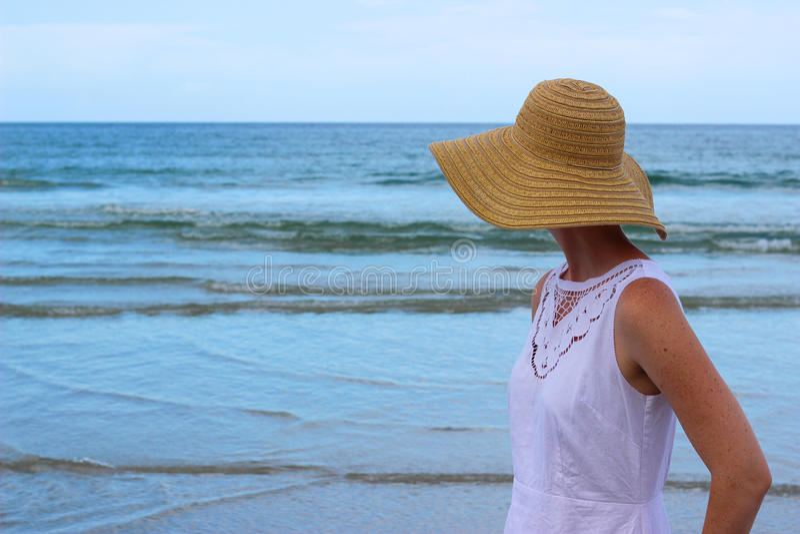 Mujer que mira el océano fotografía de archivo libre de regalías