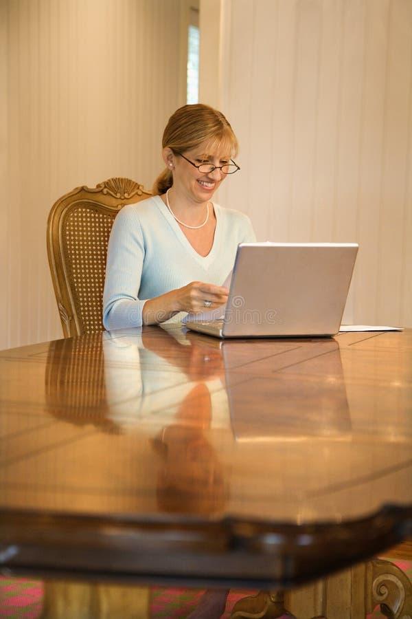 Mujer que mira el ordenador. imágenes de archivo libres de regalías
