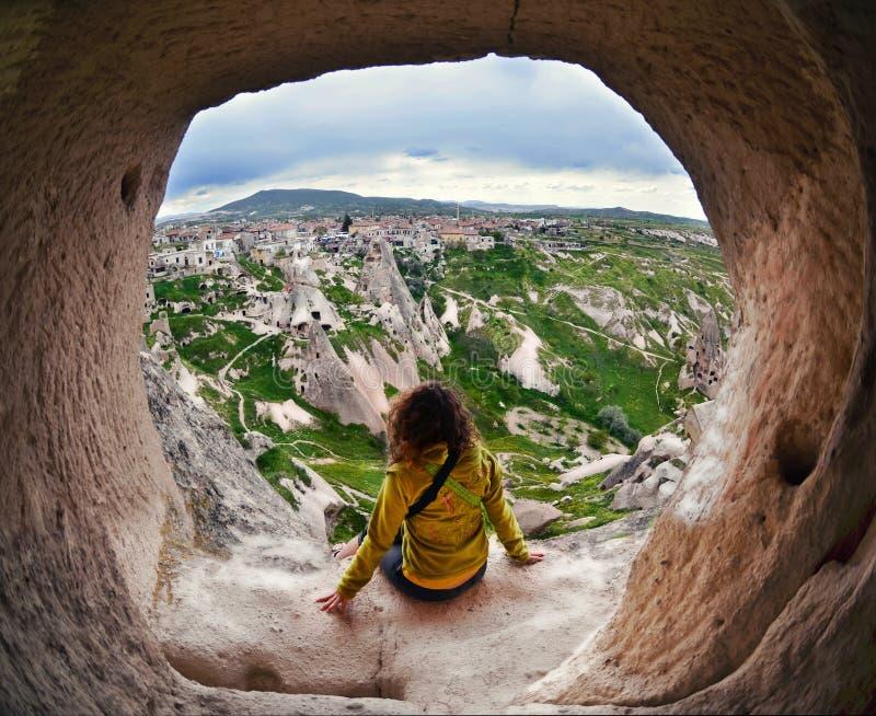 Mujer que mira en la distancia contra la perspectiva de incred imagen de archivo