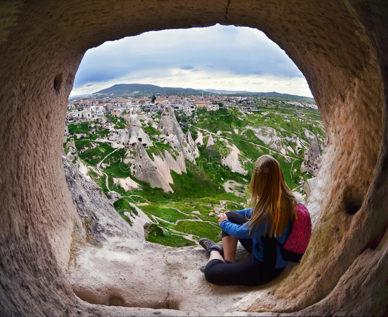 Mujer que mira en la distancia contra la perspectiva de incred fotografía de archivo libre de regalías